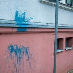 Farbbeutel auf Polizeigebäude geworfen