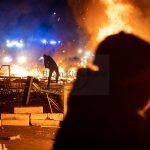 Barrikadenbau und Angriffe auf Polizei