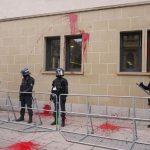 Farbbeutelwürfe gegen Landgericht bei Demo