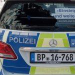 Scheibe an Polizeiauto eingeschlagen