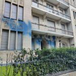 Farbe und Steine gegen Zentrale des Immobilienunternehmens Akelius